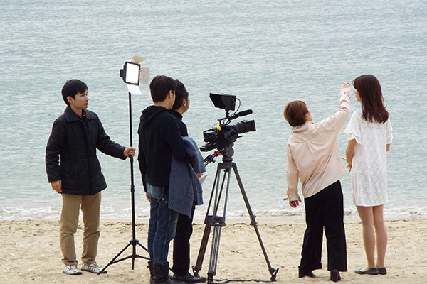 CM制作中。撮影で2月の海へ!